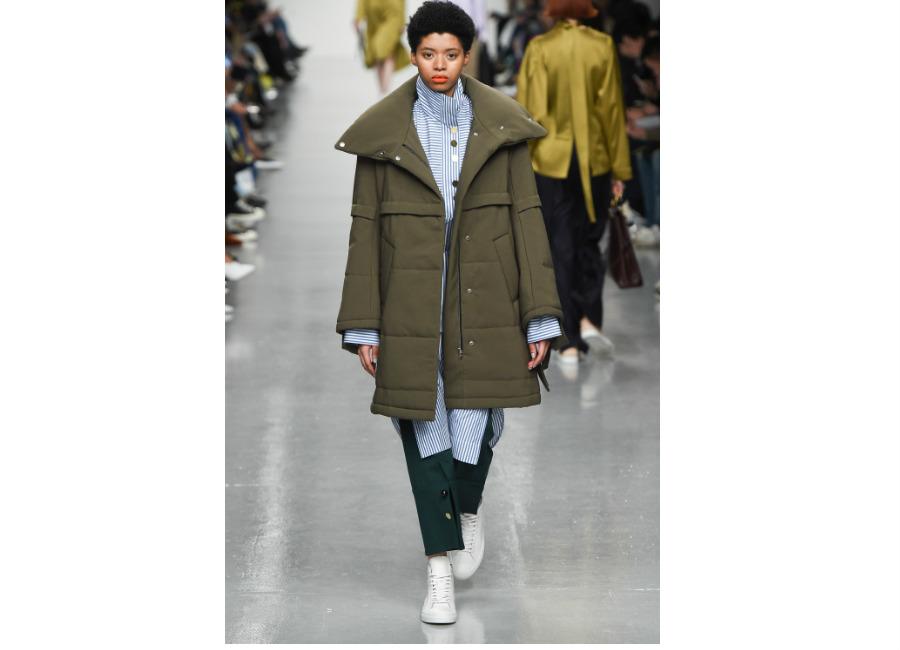 London Fashion Week-EudonChoi_ F/W-2017/2018_piumino khaki con ampio scollo imbottito e portato con camicione a righe e bottoni tondi. Credits Eudon Choi