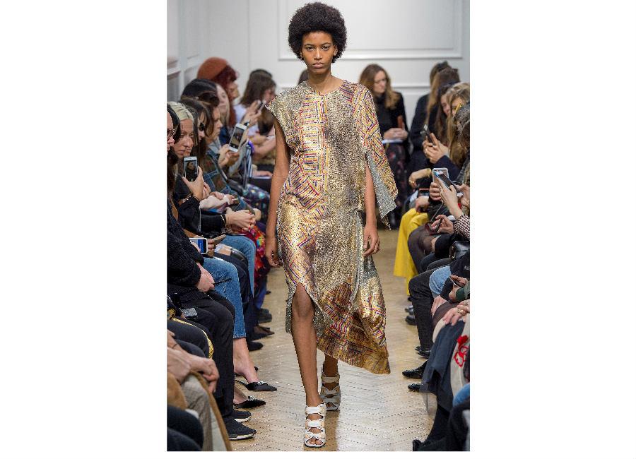 London Fashion Week-J.W.Anderson F/W 2017-2018_abito patchwork portato con sandali a listino. Credits Anderson