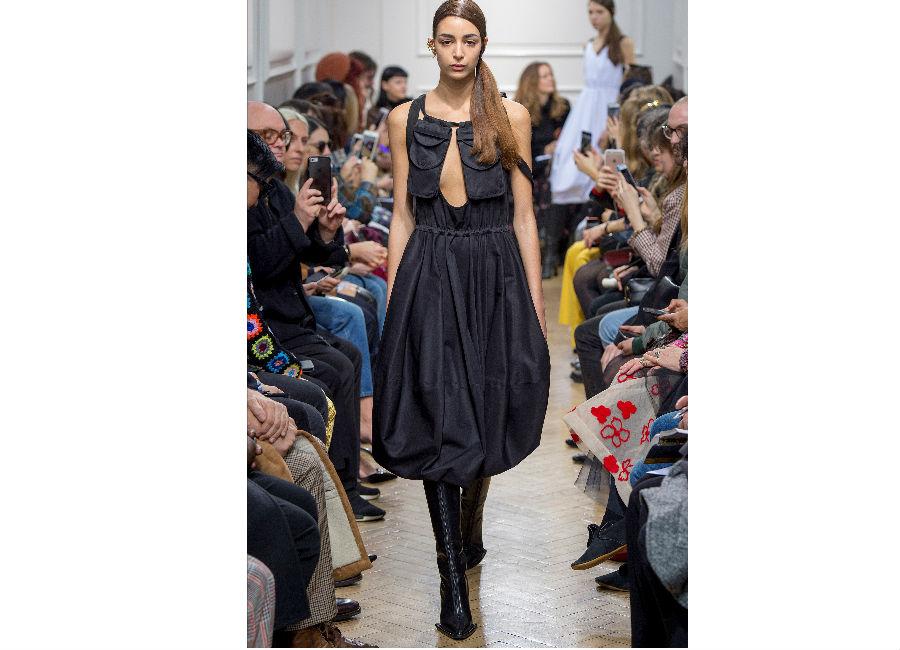 London Fashion Week-J.W.Anderson F/W 2017-2018_abito a sacco fermato in vita con tasche sul petto portato cons stivali a punta quadrata. Credits Anderson