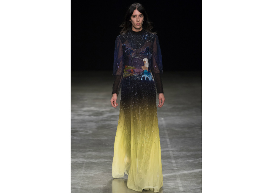 London Fashion Week-Mary Katrantzou F/W 2017-2018_ abito lungo degradé in chiffon con cristalli e centauro ricamato