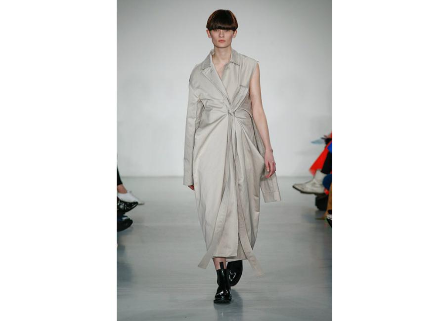 London Fashion Week-Ports 1961_ F/W-2017/2018_trench tessuto tecnico beige annodato in vita senza manica, credits Ports1961
