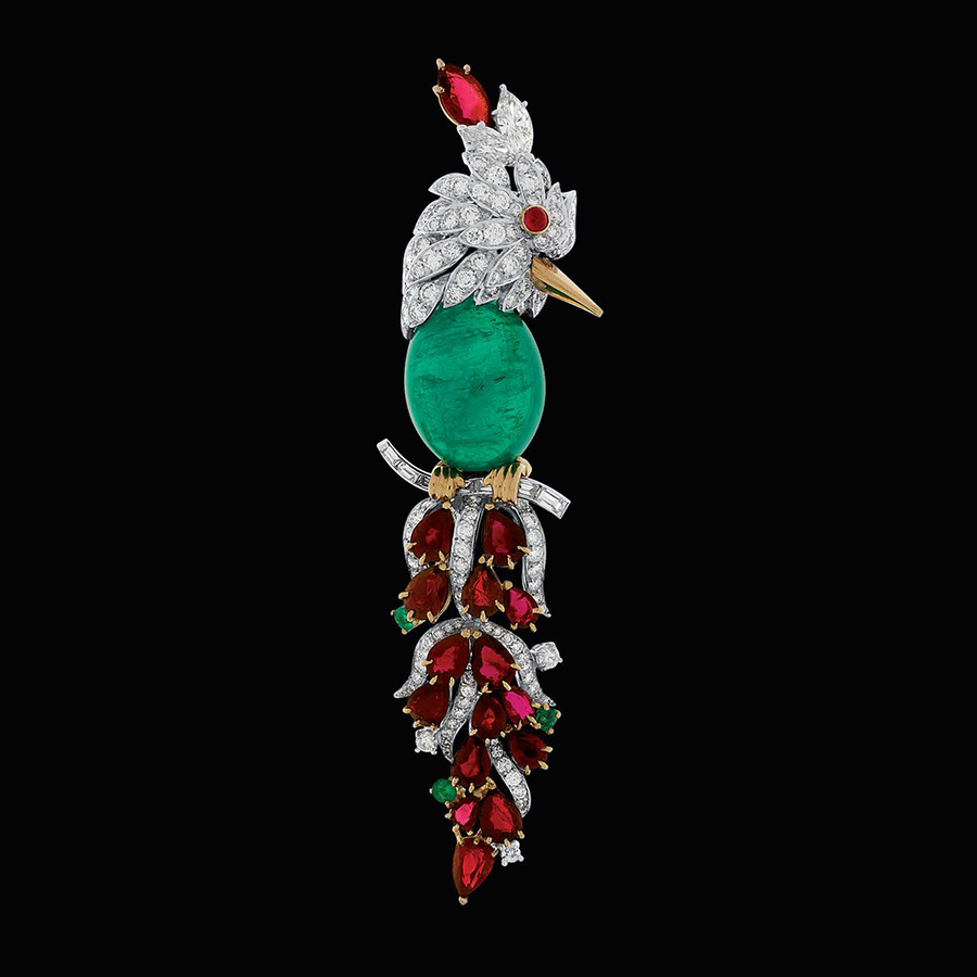 Pederzani - Spilla pappagallo con diamanti, rubini e cabochon in smeraldo.