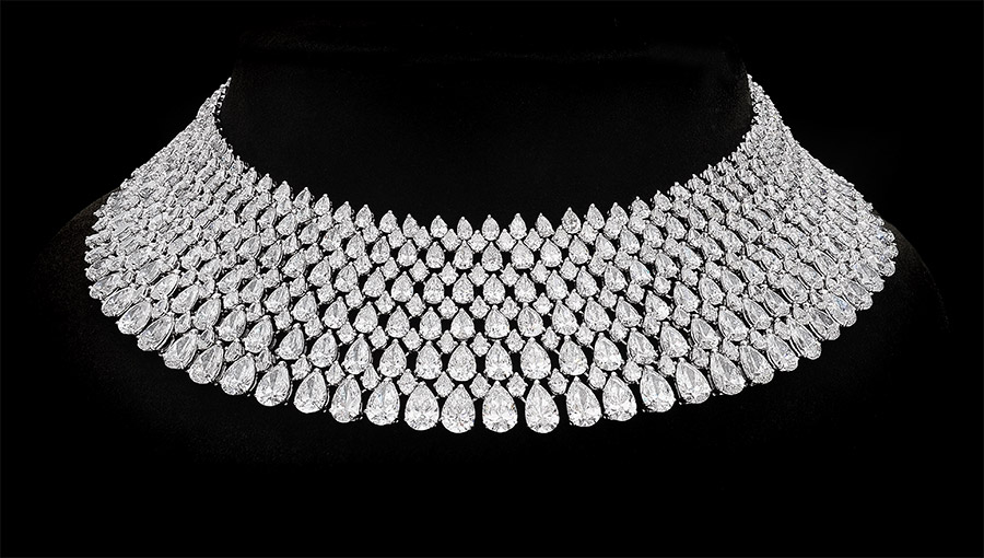 Pederzani - Collana con sei file di diamanti taglio a pera di grandezza crescente.