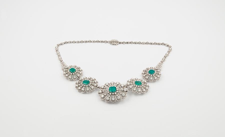 Museo Poldi Pezzoli-Chiaravalli Collana anni '40, oro bianco, diamanti, smeraldi. Collezione Anita Bracco