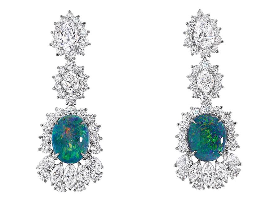 Victoire de Castellane-dior-orecchini-Fascinante Opale in oro bianco, diamanti e opale nero.
