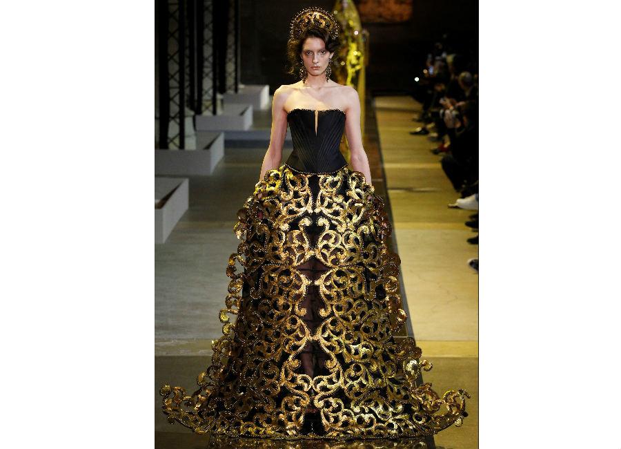 fiabe-Guo Pei_abito nero corpetto con gonna decorata con motivi dorati e corona stile bizantino