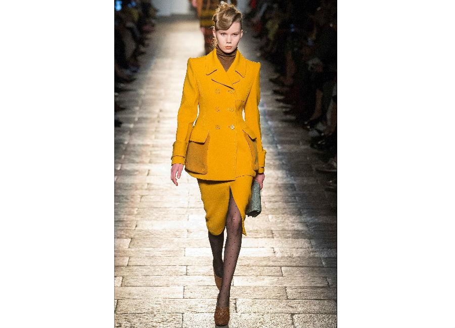 milano fashion week-Bottega Veneta-FW-2017-2018_completo senape doppiopetto giacca sagomata e dolcevita cammello
