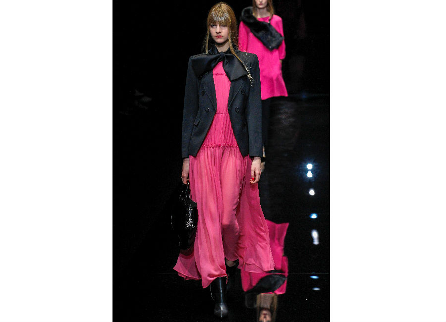 milano fashion week-Emporio-Armani-FW-2017-2018_abito chiffon fucsia mcon fiocco e giacca sagomata con bottoni
