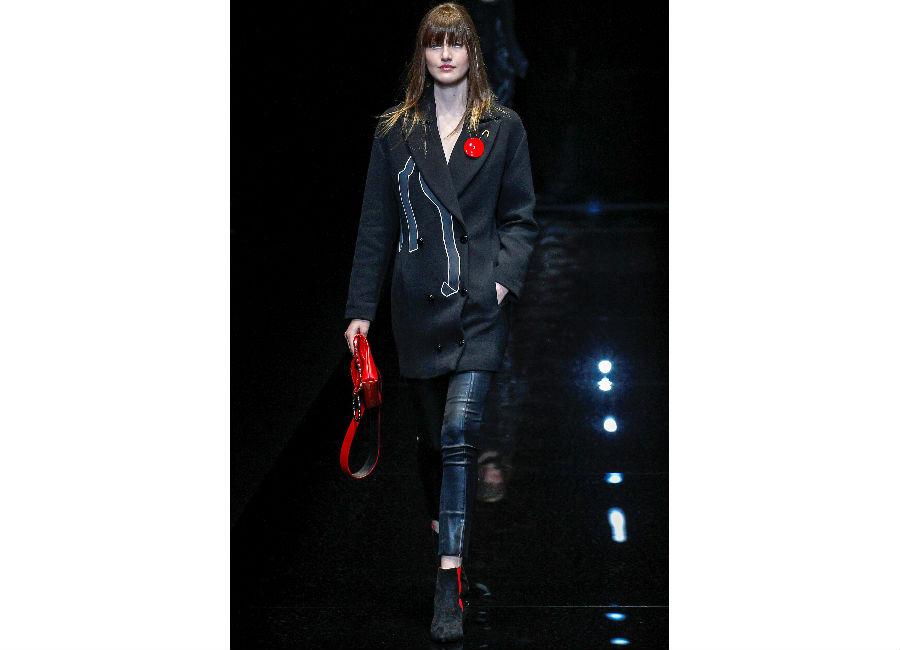 milano fashion week-Emporio-Armani-FW-2017-2018_cappotto doppiopetto portato con stivaletti a punta in suede e borsa rossa a mano