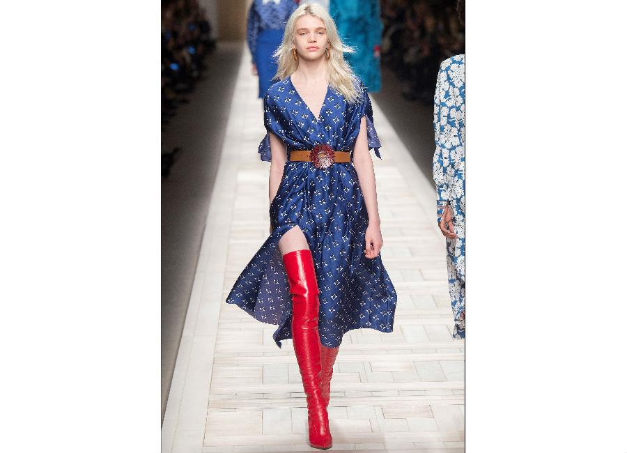 milano fashion week-Fendi-FW-2017-2018_abito in seta fermato in vita da una cintura in cuoio con motivo floreale e stivali cuissard rossi
