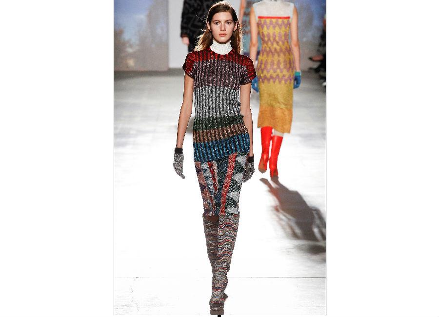 milano fashion week-Missoni-FW-2017-2018_camicetta maniche corte e gonna a tubo sovrapposizione di motivi con righe e geometrie diverse