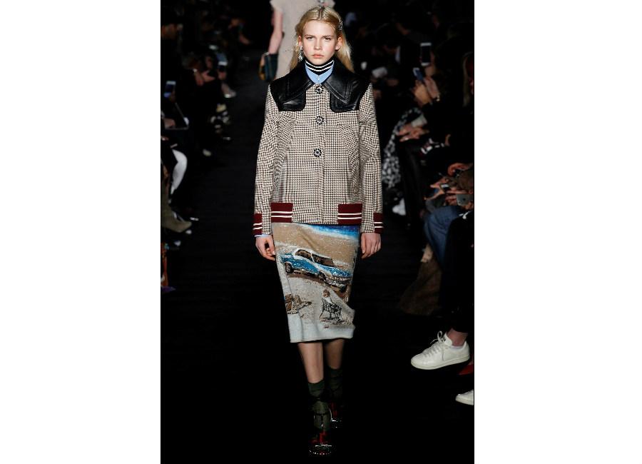 milano fashion week-N21-FW-2017-2018_Giubbotto con dettagli in pelle e bottoni gioiello portato con gonna stampata al ginocchio