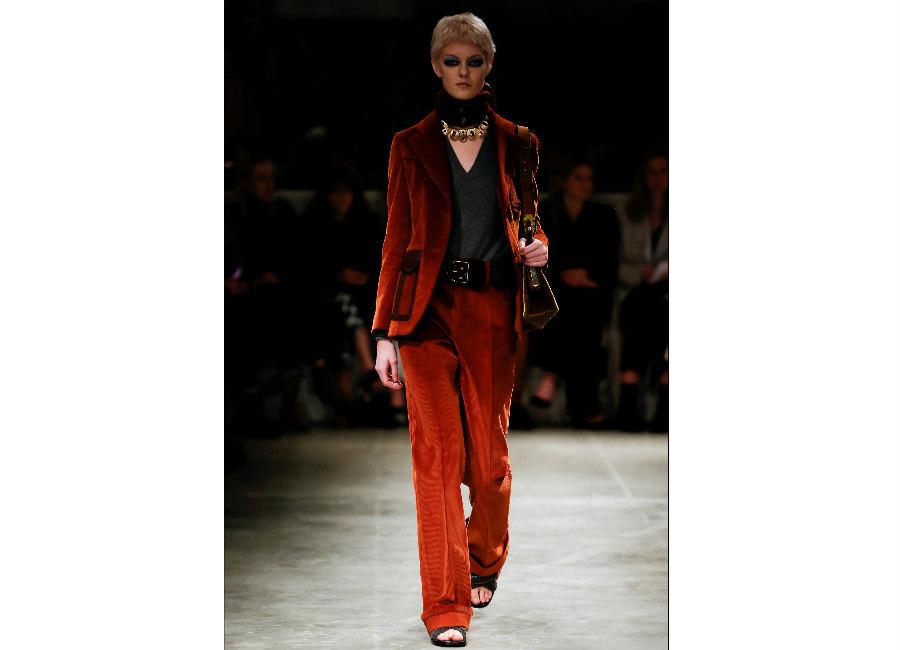 milano fashion week-Prada-FW-2017-2018_completo in velluto mattone portato con cintura e sandali e borsa a spalla marrone