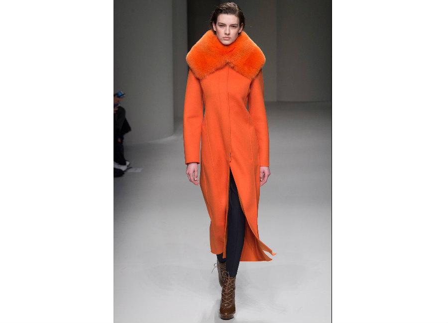 milano fashion week-Salvatore Ferragamo-FW-2017-2018_cappotto arancione collo ampio in volpe