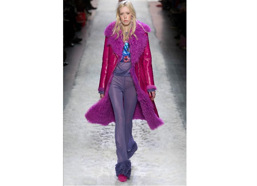 new york fashion week-Jeremy Scott F/W 2017-2018_cappotto fucsia scamosciato con collo in pelliccia e leggings lilla portato con t-shirt con immagine sacra