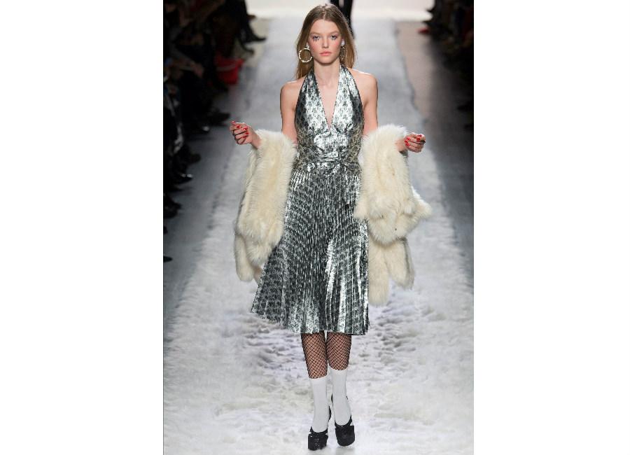 new york fashion week-Jeremy Scott F/W 2017-2018_abito anni '50 metallizzato con motivi geometrici portato con calzini e calze a rete