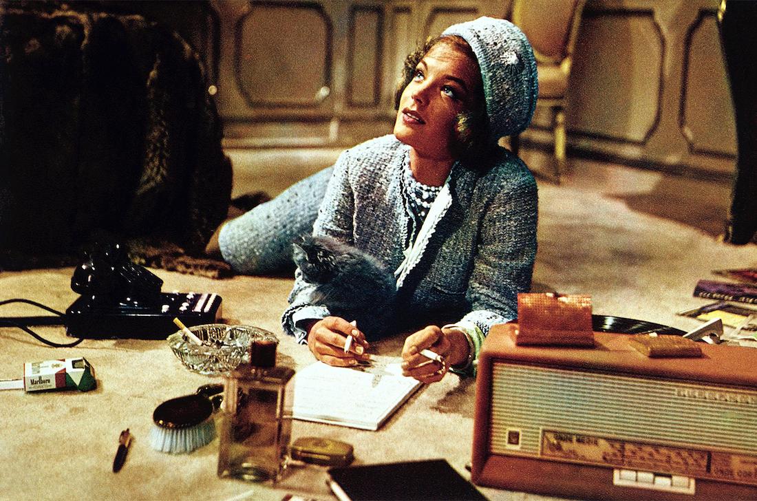 L'intramontabile raffinatezza del tailleur e dello stile di Jackie Kennedy. Romy Schneider wearing CHANEL in L.Visconti sketch Il >> > Lavoro_Photographie Paul Ronald_ Credits Chanel