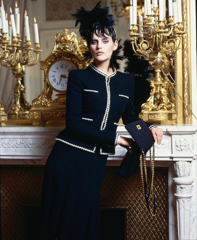 Stella Tennant portant une veste en tweed en 1996 Karl >> > Lagerfeld_Credits Chanel
