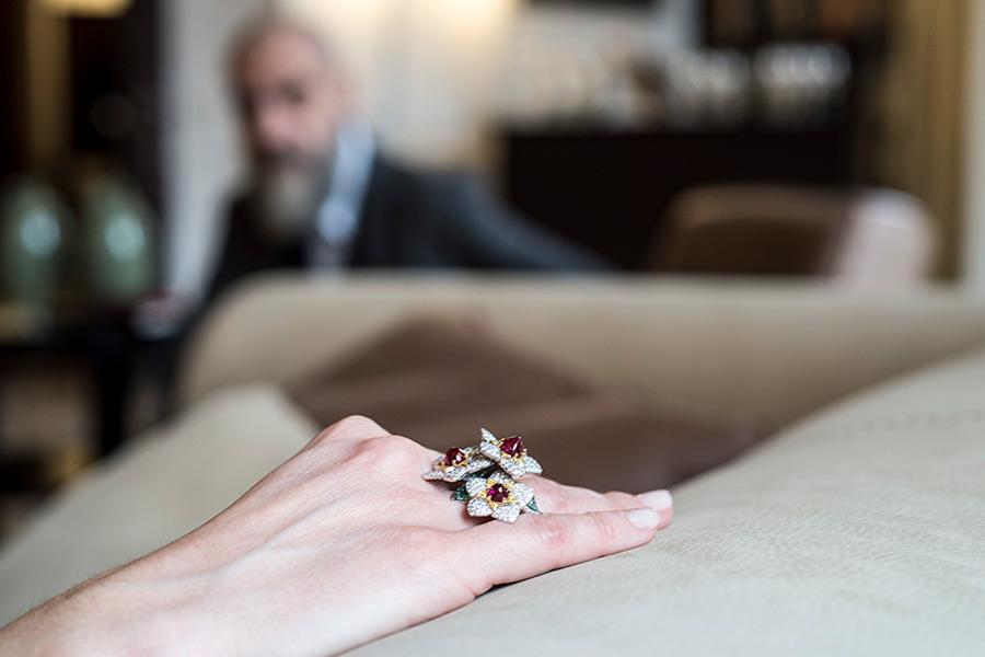 Giampiero-Bodino-La mano di Laura Canepa PRIMAVERA_Fiori-selvatici-3-rubies-ring_side