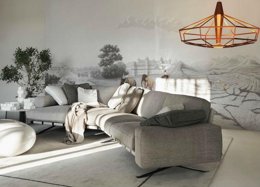 Misha Wallpaper-interior-design-made-in-italy-carta-da-parati-salotto-con-divano-grigio-decorato-con-carta-stile-giappone