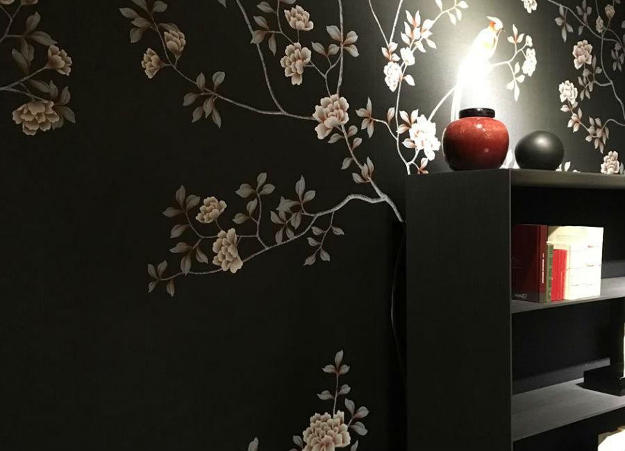 Misha Wallpaper-interior-design-made-in-italy-carta-da-parati-rami-con-fiori-su-sfondo-nero