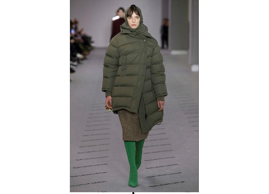 Paris Fashion Week-F-W 2017-2018_Balenciaga_piumino verde militare cocoon con stivali verde brillante e gonna melange al ginocchio