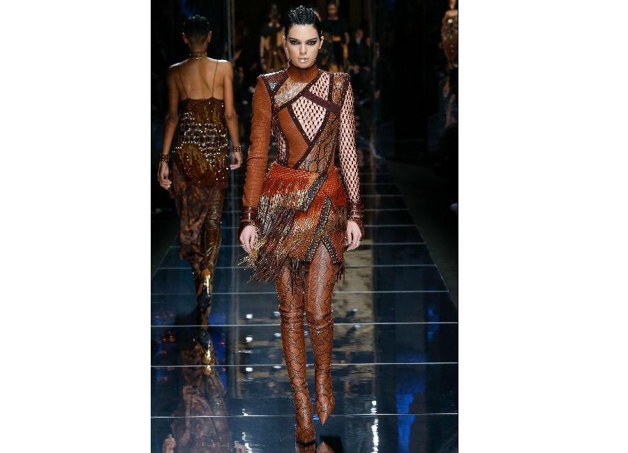Paris Fashion Week-F-W 2017-2018_Balmain_abito mosaico in pelle e piume portato con stivali in pelle di serpente