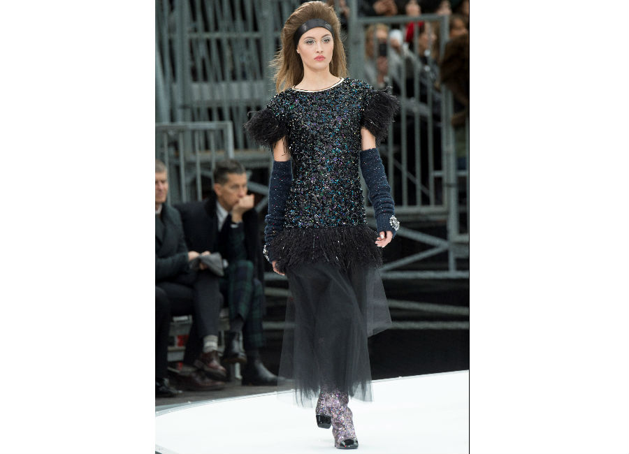 Paris Fashion Week-F-W 2017-2018_Chanel_abito con perle ricamate e maniche corte guanti lunghi e gonna in tulle nera