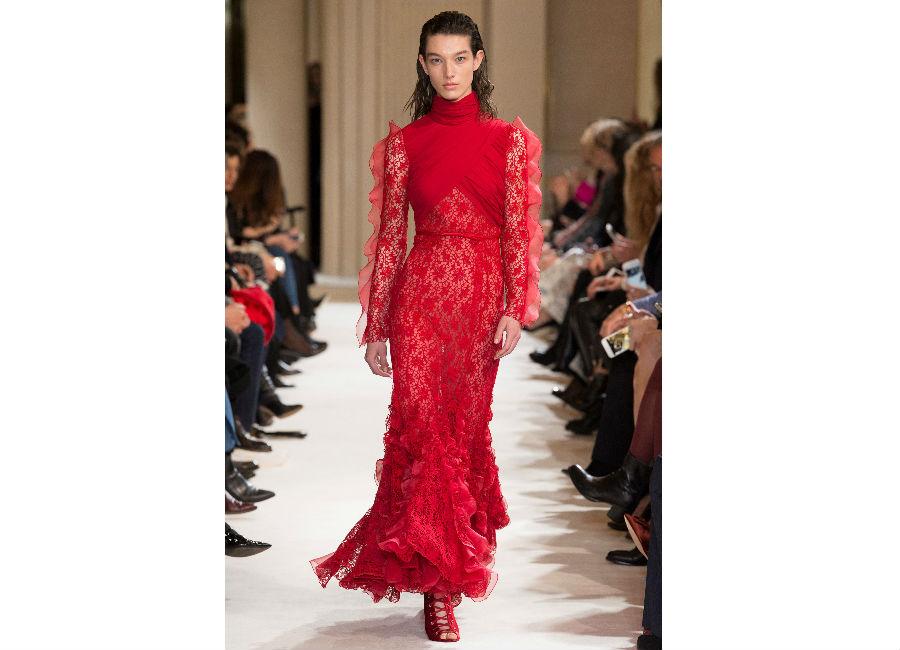 Paris Fashion Week-F-W 2017-2018_Giambattista Valli_abito lungo rosso in pizzo e balze sul fondo