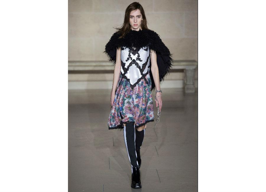 Paris Fashion Week-F-W 2017-2018_Louis Vuitton_abitino in seta fiorato e motivi geometrici e motivi geometrici con stivali alti e scialle di pelliccia nero