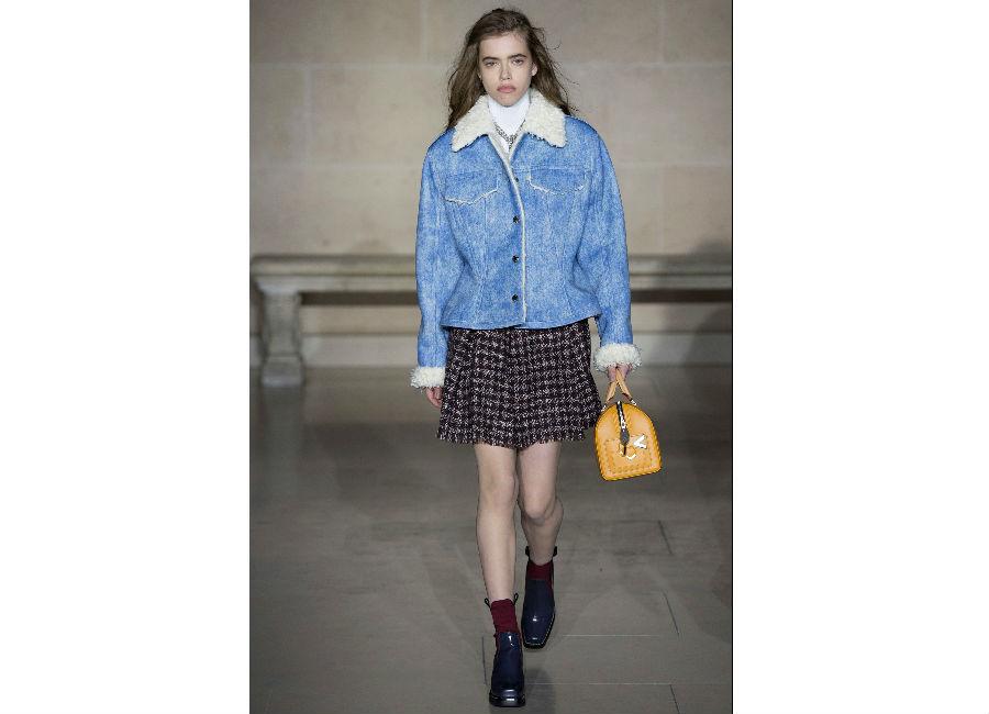 Paris Fashion Week-F-W 2017-2018_Louis Vuitton_giacca di jeans azzurra e collo in shearling portato con abitino al ginocchio