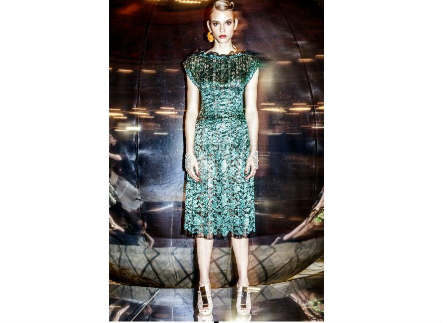 Paris Fashion Week-F-W 2017-2018_Paule Ka_abito in seta con motivi lavorati verde bottiglia e guantini trasparenti e cristalli senza dita