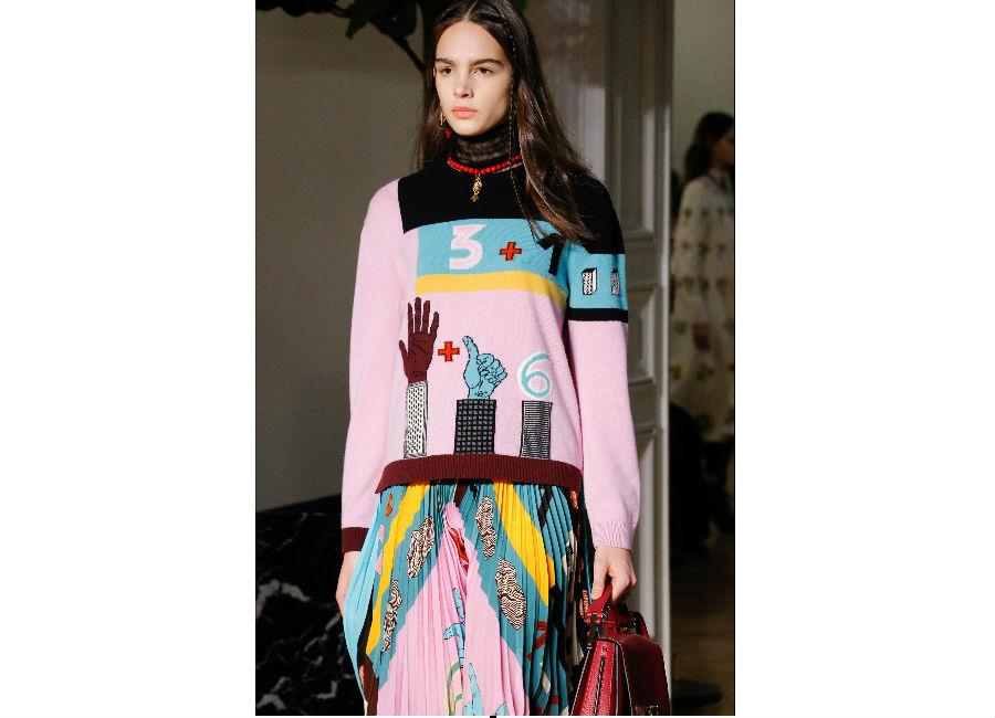 Paris Fashion Week-F-W 2017-2018_Valentino_maglioncino patchwork con disegni e numeri portato con gonna plissettata rosa
