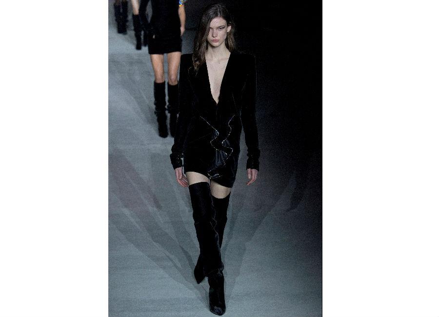 Paris Fashion Week-F-W 2017-2018_YSL_abito in cristalli nero con scollo a V e maniche gonfie portato con stivali lunghi neri