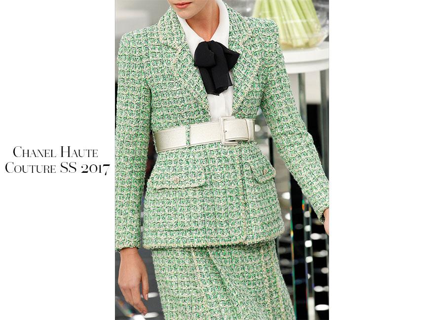 Tailleur-Chanel Haute Couture SS 2017 _ tailleur verde pastello in tweed portato con camicia bianca e fiocco nero. Cintura metallizzata argento lo ferma in vita; @credits Chanel