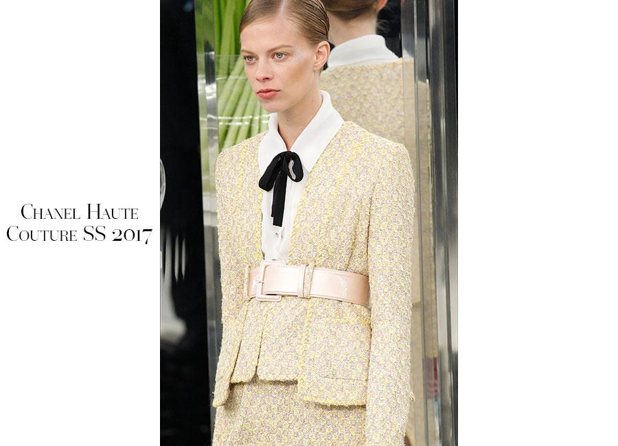 Tailleur -Chanel Haute Couture SS 2017 _ tailleur crema in tweed portato con camicia bianca e fiocco nero. Cintura metallizzata argento lo ferma in vita; @credits Chanel