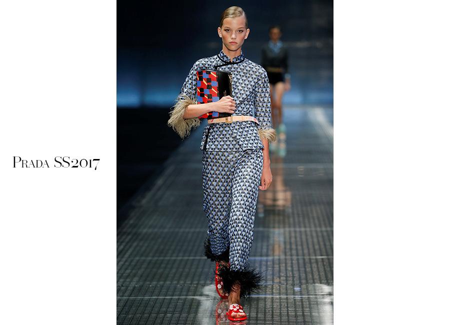 Tailleur -Prada SS2017_ tailleur – pigiama stampa optical e bordi in maribù portato con ciabattine in pvc. @credits Prada