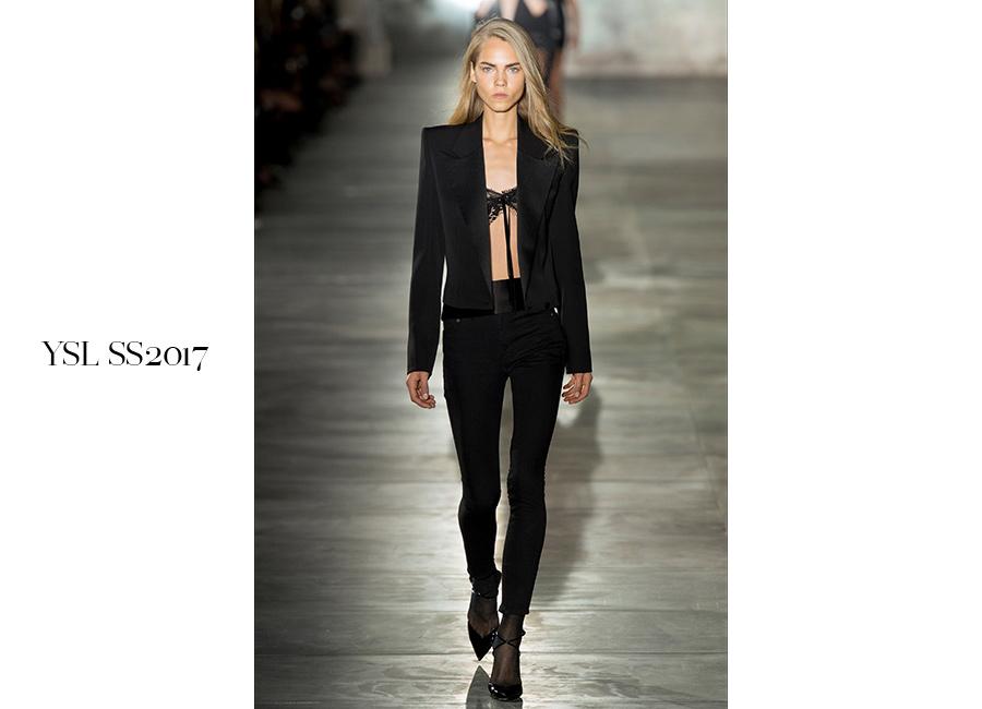 Tailleur -YSL SS2017_ tuxedo nero con giacca aperta e spalle strutturate portato con lingerie a vista e pantalone a sigaretta. @credits YSL