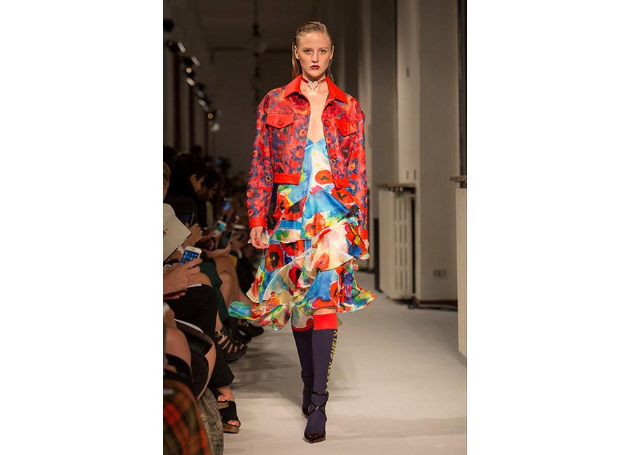 floreali-Daizy Shely P/E 2017_vestito con papaveri colorati portato con giacca in pelle rossa