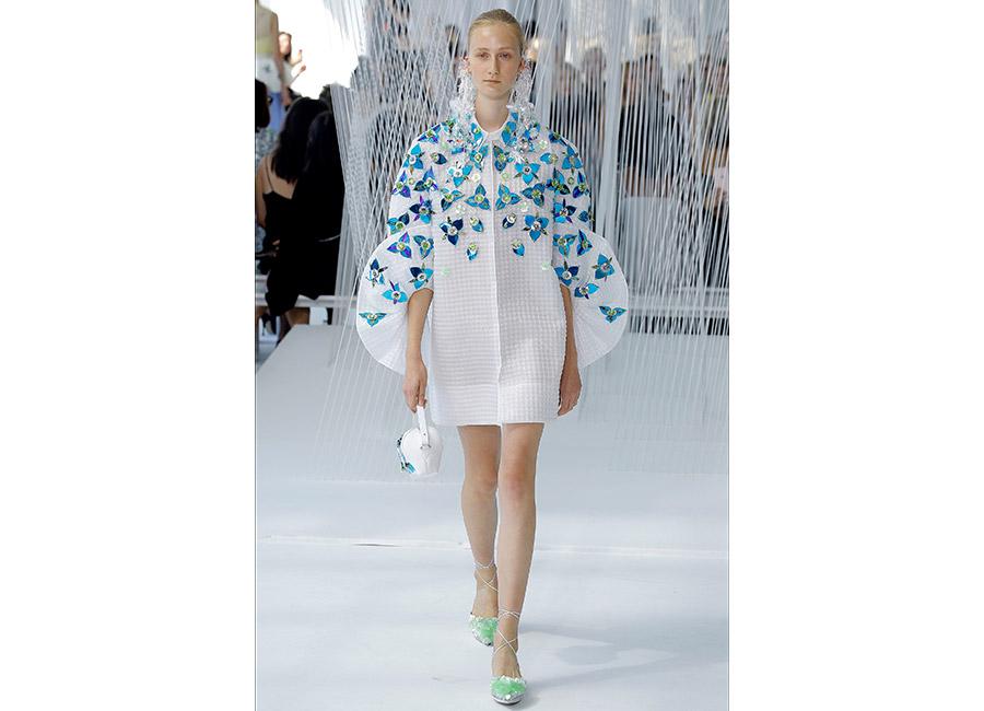 floreali-Delpozo P/E 2017_abito bianco al ginocchio con maniche architettura e fiori applicati. Orecchini in plexiglass a cascata incorniciano il volto