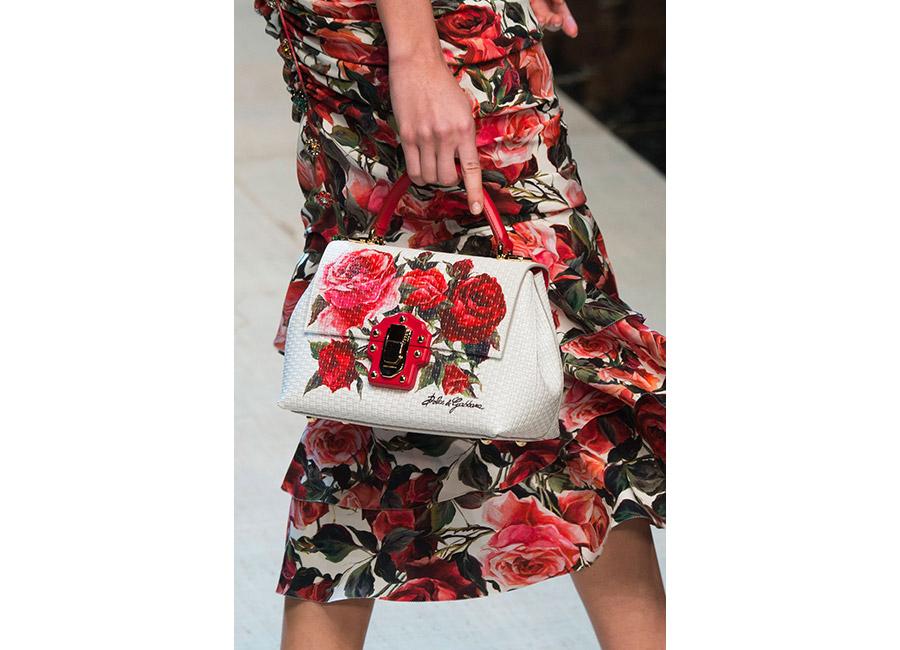 floreali-Dolce&Gabbana P/E 2017_gonna a fiori con rose rosse longuette portata con borsa a mano bianca e rose ricamate