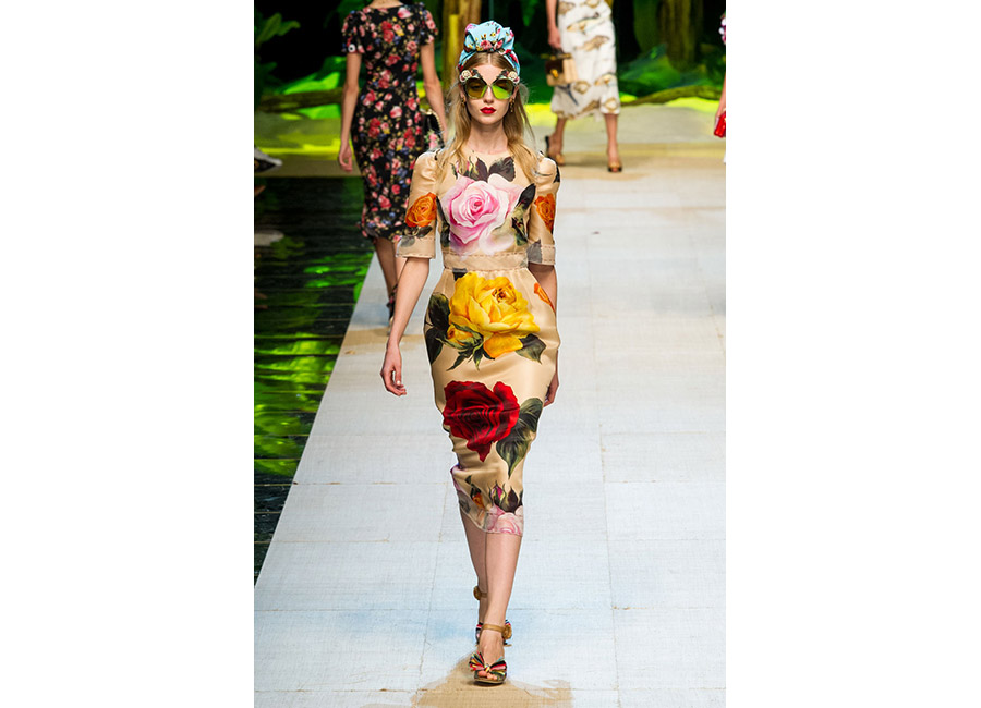 Dolce&Gabbana P/E 2017_abito in seta ricamato con grandi rose colorate portato con corona gioiello e occhiali da sole