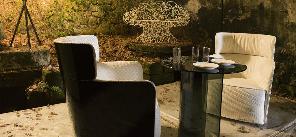 salone del mobile 2017-milano-evento-design-complementi-arredo-copertina-allestimento-poltroncine-e-tavolino-in-vetro