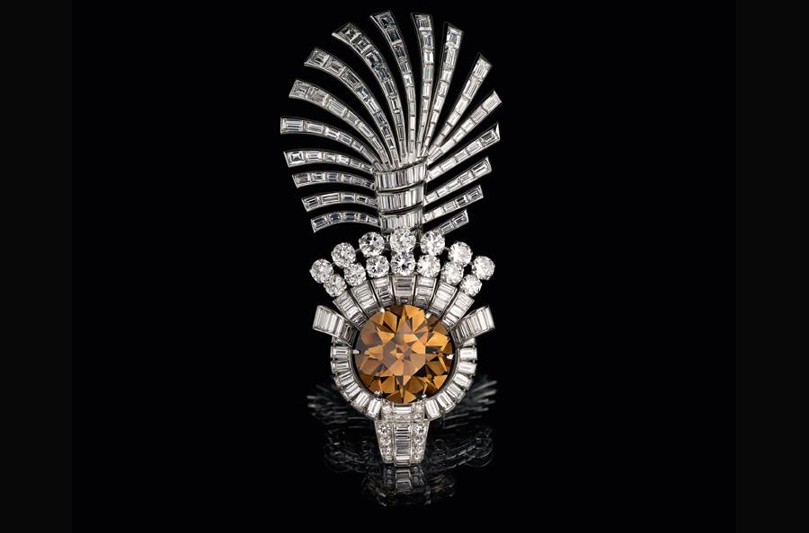 """Al Thani-collezione-gioielli-indiani_ornamento-per-turbanti-I """"sarpech"""" sono l'ornamento sommitale del turbante, a forma di """"aigrette"""", spesso abbelliti di vere piume fissate dietro il motivo ingemmato mediante un piccolo tubo di metallo prezioso."""