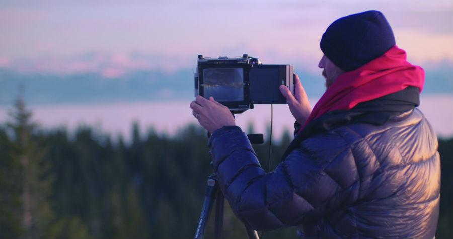 Dan Holdsworth-audemars piguet-la Vallee de Joux-fotografo_ritratto-de-fotografo-mentre-scatta-una-foto-del-paesaggio