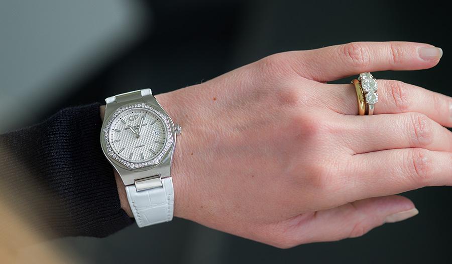"""Girard Perregaux- Laureato 34 mm – cassa in acciaio - lunetta d'acciaio incastonata con 56 diamanti taglio brillante per un totale di 0,82ct - Spessore: 7,75 mm - Quadrante: argentato o grigio ardesia o blu con motivo arabescato """"Clous de Paris"""" - Lancette: a bastone, evidenziate con una sostanza luminescente - Movimento: Ref. GP013100-0002, al quarzo, Frequenza: 32.768 Hz - Funzioni: ore, minuti, data - Impermeabilità: 30 metri (3 ATM, 3 bar) - Cinturino di pelle: alligatore bianco"""