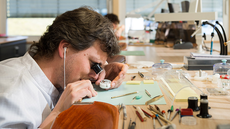 Girard Perragaux-interno-manifattura-orologiaio-al-lavoro