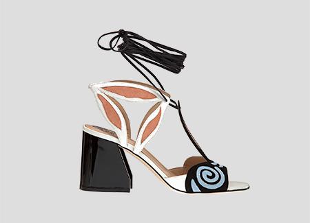 Paula Cademartori-collezione-ss-2017-sandalo-allacciato-alla-caviglia-con-laccio-nero-a-contrasto-scarpa-bianca