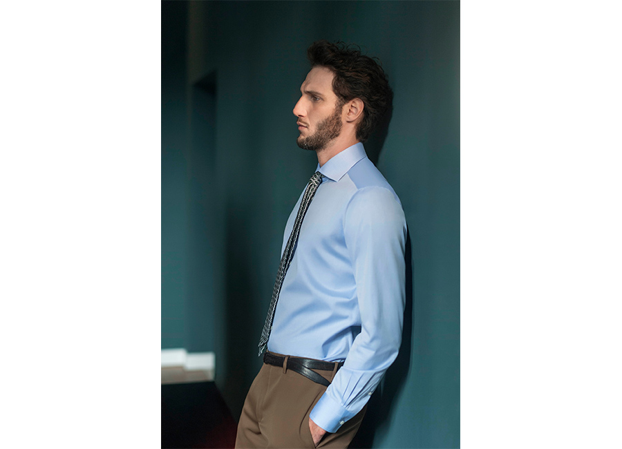 Bagutta-modello-in-camicia-azzurra-pantaloni-senape