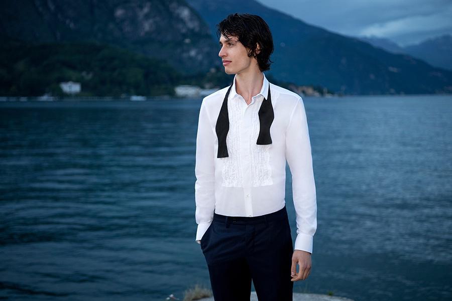 Bagutta-modello-in-camicia-bianca-pantaloni-neri-e-papillon-aperto